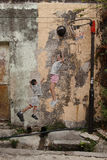 Bambini che giocano pallacanestro, arte della via a Georgetown Fotografia Stock Libera da Diritti