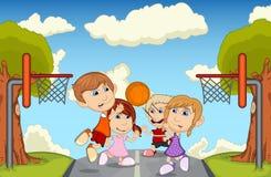Bambini che giocano pallacanestro sull'illustrazione di vettore del fumetto della via royalty illustrazione gratis