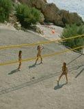 Bambini che giocano pallavolo della spiaggia Fotografia Stock