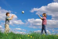 Bambini che giocano sfera Immagini Stock Libere da Diritti