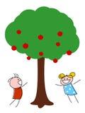 Bambini che giocano sotto di melo Immagini Stock Libere da Diritti
