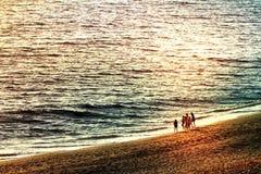 Bambini che giocano su una spiaggia interurbana Fotografia Stock Libera da Diritti