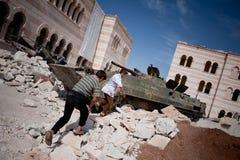 Bambini che giocano sul carro armato, Azaz, Siria. Immagine Stock