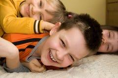 Bambini che giocano sul pavimento Fotografia Stock