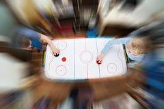 Bambini che giocano sull'hockey dell'aria Immagine Stock