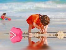Bambini che giocano sulla spiaggia fotografia stock libera da diritti