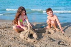 Bambini che giocano sulla spiaggia Fotografia Stock