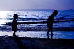 Bambini che giocano sulla spiaggia del te Fotografia Stock Libera da Diritti