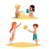 Bambini che giocano sulla spiaggia sabbiosa Immagini Stock Libere da Diritti