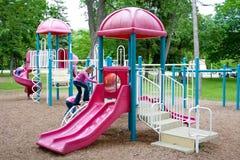 Bambini che giocano sulla strumentazione del playgound. Fotografia Stock Libera da Diritti