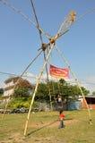Bambini che giocano sulle oscillazioni di bambù tradizionali Fotografie Stock Libere da Diritti