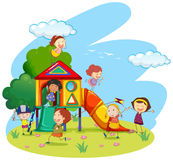 Bambini che giocano sullo scorrevole in parco Fotografie Stock