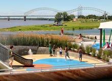 Bambini che giocano in un'area della spruzzata alla via di Beale che atterra Memphis, Tennessee Fotografie Stock