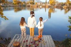 Bambini che giocano vicino al lago in autunno Immagine Stock