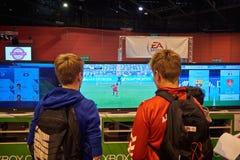 Bambini che giocano XBOX una console Immagini Stock