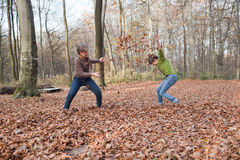 Bambini che godono alla foresta in autunno Immagini Stock Libere da Diritti
