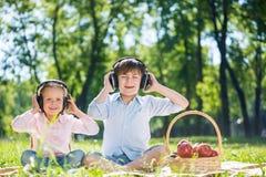 Bambini che godono della musica Immagini Stock Libere da Diritti