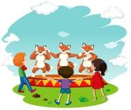 Bambini che guardano prestazione di ballo della volpe royalty illustrazione gratis