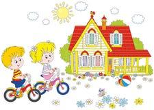 Bambini che guidano le biciclette Fotografie Stock Libere da Diritti