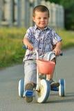 Bambini che guidano una bicicletta sulla via Immagini Stock Libere da Diritti