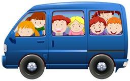 Bambini che hanno car pooling in furgone blu Fotografia Stock Libera da Diritti