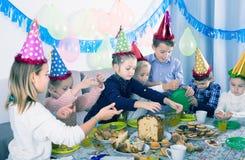 Bambini che hanno cena di compleanno Fotografia Stock Libera da Diritti