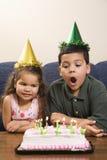 Bambini che hanno festa di compleanno. immagine stock libera da diritti