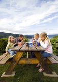 Bambini che hanno pasto dell'accampamento. Fotografia Stock Libera da Diritti