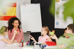 Bambini che imparano lingua spagnola fotografie stock libere da diritti