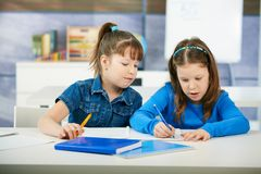 Bambini che imparano nell'aula Fotografie Stock