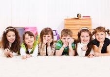 Bambini che indicano barretta Fotografie Stock