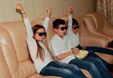 Bambini che indossano i vetri per osservare film 3D Fotografia Stock Libera da Diritti