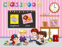 Bambini che lavorano nell'aula Immagine Stock Libera da Diritti