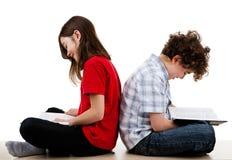 Bambini che leggono a casa Immagine Stock Libera da Diritti