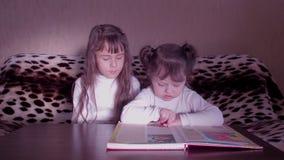 Bambini che leggono il libro stock footage