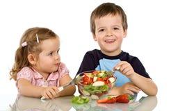 Bambini che mangiano l'insalata di frutta Fotografia Stock