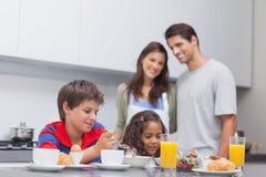 Bambini che mangiano prima colazione in cucina immagini stock libere da diritti
