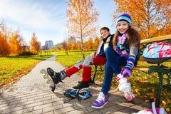 Bambini che mettono sulle lame del rullo Immagine Stock