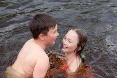 Bambini che nuotano nel fiume Fotografia Stock Libera da Diritti