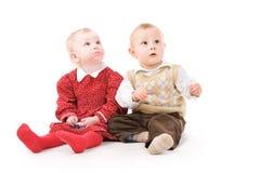 Bambini che osservano in su Fotografie Stock