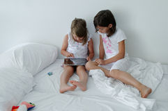Bambini che per mezzo del computer della compressa Immagine Stock