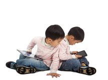 Bambini che per mezzo del PC del ridurre in pani Immagine Stock