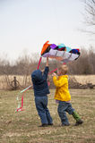 Bambini che pilotano aquilone Fotografia Stock Libera da Diritti