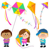 Bambini che pilotano i cervi volanti Fotografia Stock