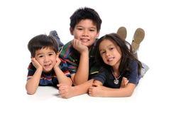 Bambini che pongono sul pavimento Fotografie Stock Libere da Diritti