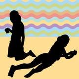 Bambini che pongono sulla spiaggia Fotografia Stock