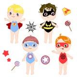 Bambini che portano i costumi variopinti di retro insieme dei supereroi differenti isolato sul vettore bianco del fumetto del fon illustrazione vettoriale