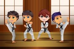 Bambini che praticano le arti marziali nel dojo illustrazione vettoriale