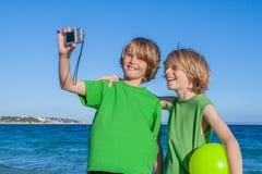 Bambini che prendono selfie in vacanza in Mallorca Spagna fotografia stock