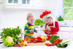 Bambini che preparano pranzo di verdure sano Fotografia Stock